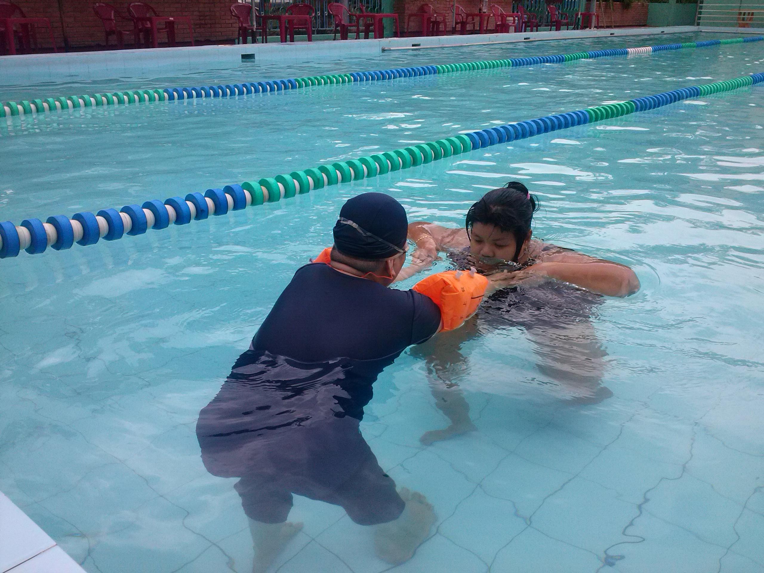 giáo viên dạy bơi sẽ thực hành từng động tác thuở nước và hướng dẫn cho học viên làm theo, giúp học viên tự tin cảm giác an toan | dayboikemrieng.com
